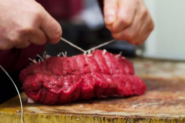 Préparation de la viande par la Boucherie du centre de Beaufort-en-Anjou